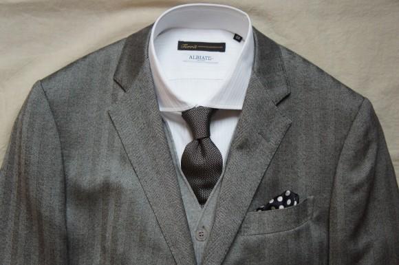 グレースーツと同系色のカーディガン&シンプルなシャツ&タイの画像